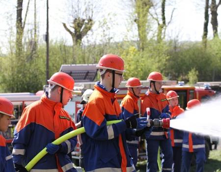 Jugendfeuerwehr Arnsberg nutzt Osterfeuer zum praktischen Üben