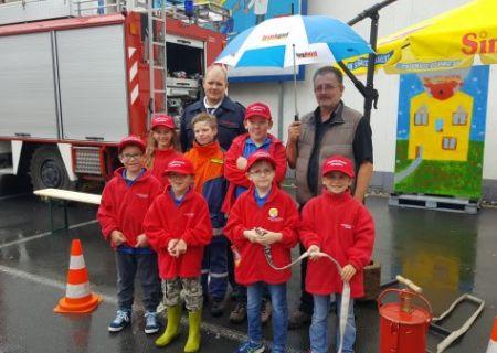 Herr Seifert spendet Einnahmen der Tombola und Würstchen Verkauf an die Kinderfeuerwehr der Stadt Arnsberg.